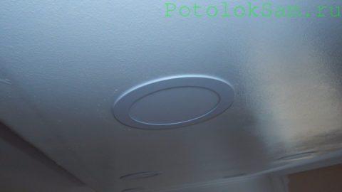 Встраиваемый led-светильник удерживается в вырезе потолка пружинными фиксаторами
