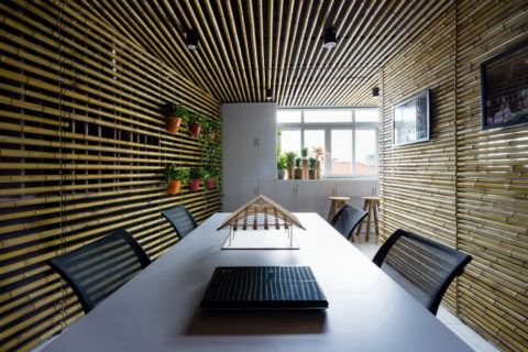 Вся комната отделана бамбуком