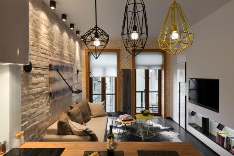Всю красоту этого лофт-интерьера создаёт оригинальная комбинация потолочных светильников