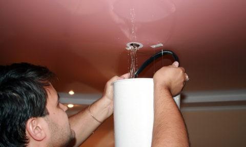 Выпуск воды через отверстие для люстры