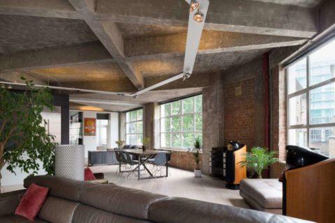 Выразительные бетонные перекрытия являются главным акцентом углового помещения