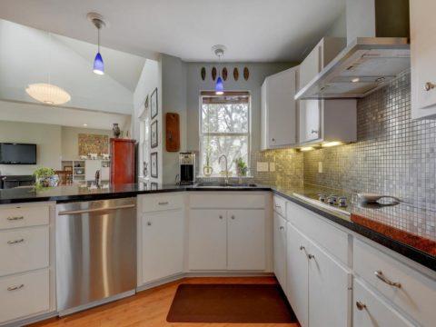 Вытяжка в кухне решает большую часть проблем, связанных с образованием пара и жирного налёта
