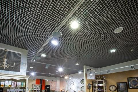 Ячеистый потолок в торговом зале