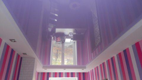 Яркое оформление стен требует нейтральных и спокойных тонов остальных поверхностей