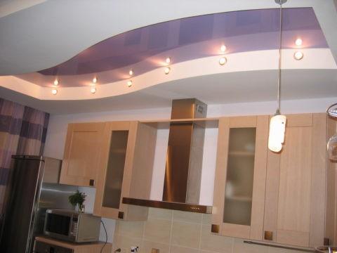 Яркое освещение и светлые цвета вернут кухне простор