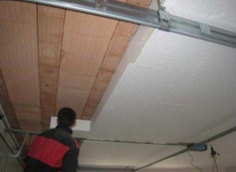 За реечным потолком скрывается утеплитель