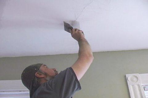 Заделать трещины на потолке можно, не прибегая к помощи специалистов