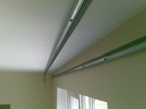 Закрепленные на потолке и стене ПНП