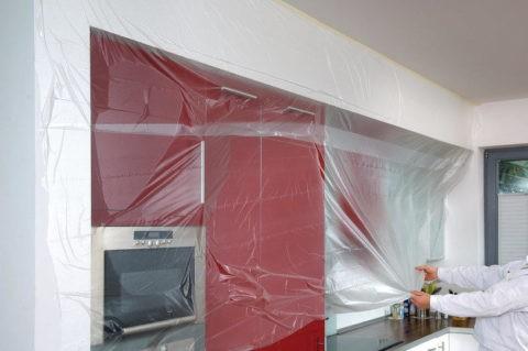 Защита стен и мебели при помощи полиэтилена