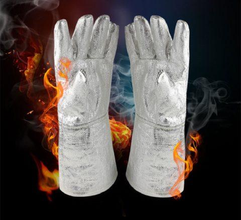 Защитные пожарные перчатки покрывают алюминиевой фольгой