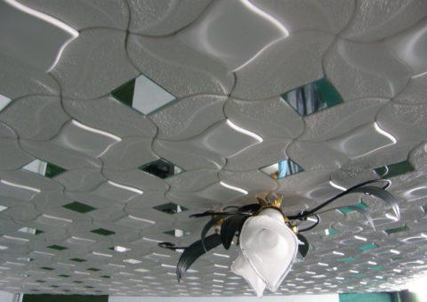Зеркальные элементы зрительно «приподнимут» потолок