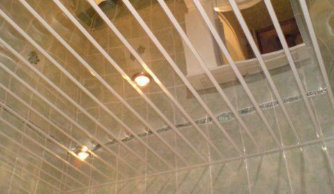 Зеркальные потолки зрительно увеличивают помещение за счет отражающего эффекта
