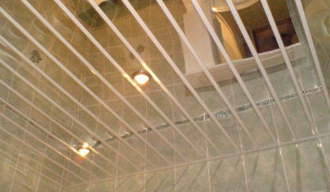 Зеркальный реечный потолок позволяет визуально расширить пространство помещения