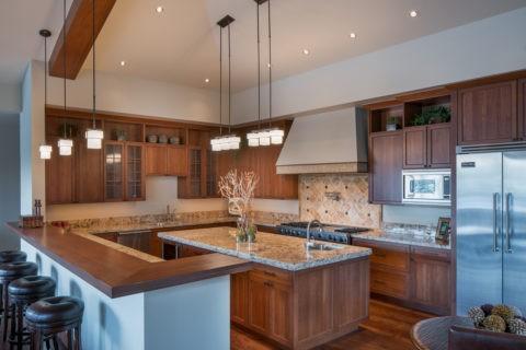 Зонирование большой кухни подвесными светильниками