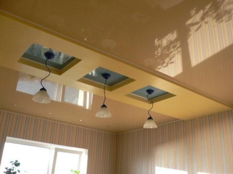 Зонирование пространства кухни при помощи потолочной конструкции