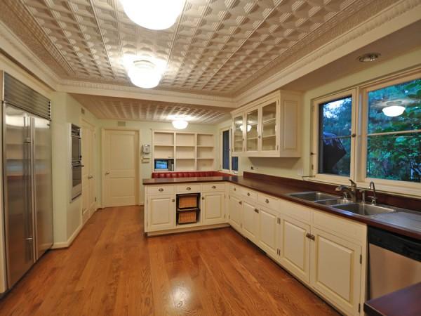 Зонированный потолок с плиточной отделкой